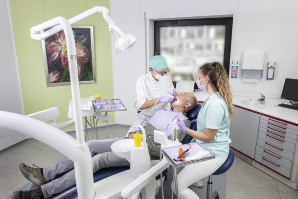 Parodontalbehandlung<br>Eigene Zähne behalten